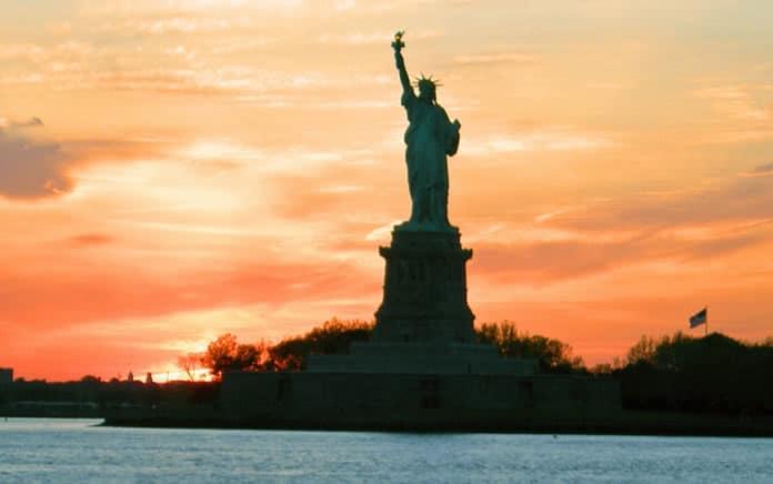 statua della libertà tramonto